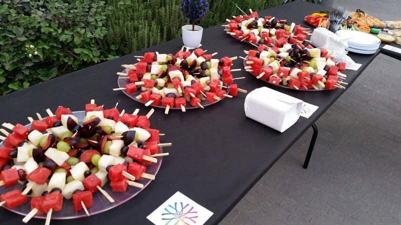מגשי אירוח חלביים עם פירות